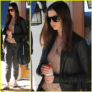 Anne Hathaway: Umbrella Cover Up