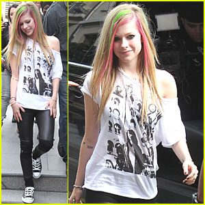 Avril Lavigne: Bonjour From Paris!