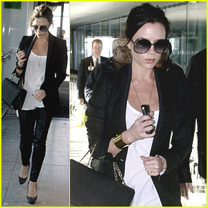 Victoria Beckham: Baby Bump at Heathrow Airport!