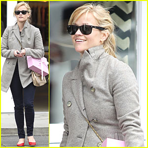 Reese Witherspoon: Brentwood Country Mart Visit!