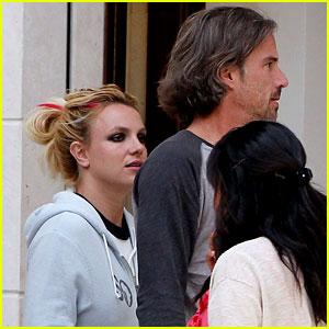 Britney Spears: Red Stripe in Hair!