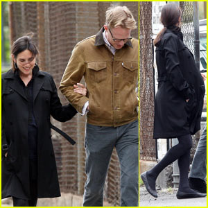 Jennifer Connelly & Paul Bettany: Strolling Sweethearts