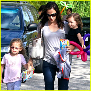 Jennifer Garner: Mother's Day at Tobey Maguire's House!