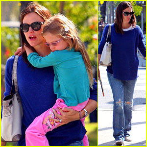Jennifer Garner: Santa Monica Snack with Violet!