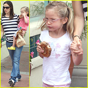 Jennifer Garner: Noah's Bagels with the Girls!