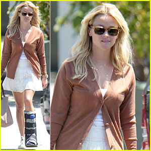 Reese Witherspoon: Air Cast at Office Building