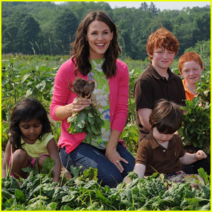 Jennifer Garner: Picking Veggies for Frigidaire!