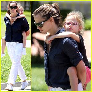 Jennifer Garner: Piggyback Ride for Violet!