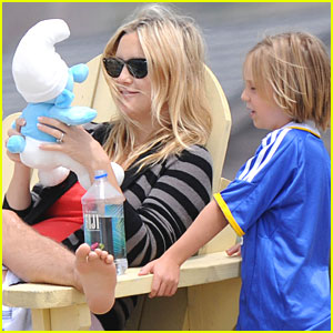 Kate Hudson & Ryder: Smurf on the Surf!