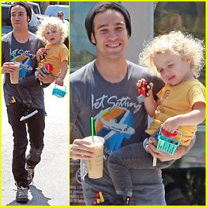 Pete Wentz: Starbucks with Bronx!