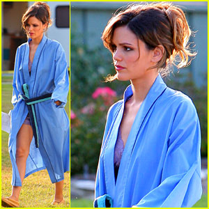 Rachel Bilson: Leggy Blue Bathrobe Babe!