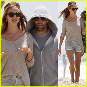 Rosie Huntington-Whiteley &#038; Jason Statham: Seaside Stroll