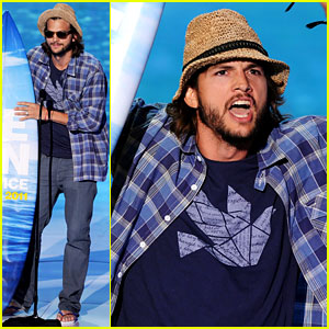 Ashton Kutcher Sings Katy Perry's 'Teenage Dream' at Teen Choice Awards!