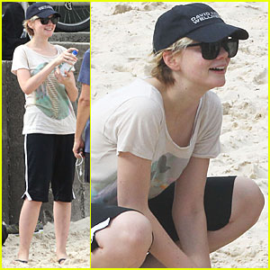 Carey Mulligan: Bondi Beach with Tobey Maguire!
