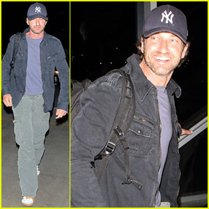 Gerard Butler: New York Yankee Fan at LAX!