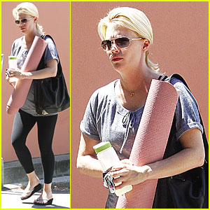 January Jones: Prenatal Yoga Class!