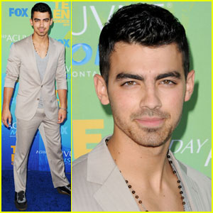 Joe Jonas - Teen Choice Awards 2011 Red Carpet