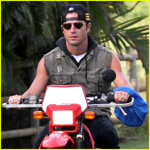 Justin Theroux Rides Without a Helmet
