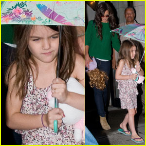Katie Holmes, Tom Cruise & Suri Head to Their Helicopter