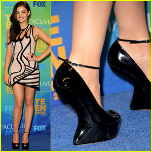 Lucy Hale: Heel-less Platforms at Teen Choice Awards!