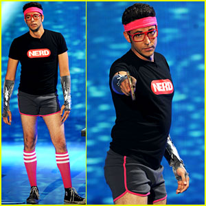 Zachary Levi: Short Shorts at the Teen Choice Awards!