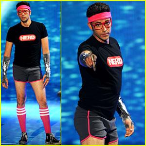 Zachary Levi: Short Shorts at the Teen Choice Awards!