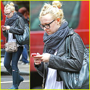 Dakota Fanning: Texting in NYC