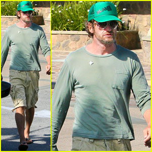 Gerard Butler Picks Up a Pizza