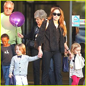 Angelina Jolie & Kids: Eleven Park with Grandma & Grandpa Pitt!