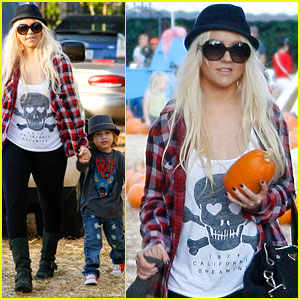 Christina Aguilera: Pumpkin Patch with Max!