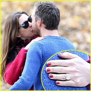 Anne Hathaway: Engagement Ring Pics!