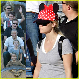 Reese Witherspoon: Disneyland with the Family!