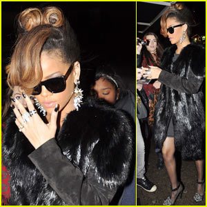 Rihanna Hosts Thanksgiving Dinner for Band & Crew