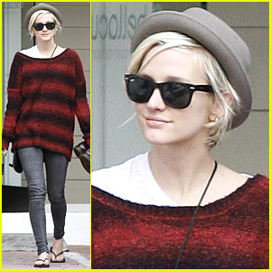 Ashlee Simpson: Manicure with a Gal Pal!