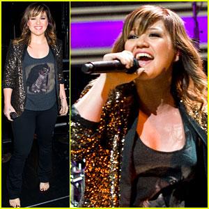 Kelly Clarkson Jams at Z100 Jingle Ball!