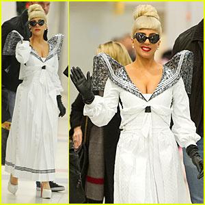 Lady Gaga: Exaggerated Shoulders!