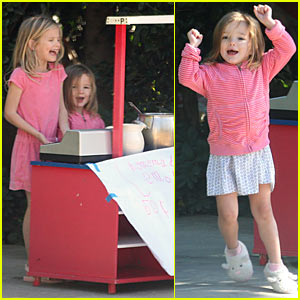 Violet Affleck: Lemonade Stand with Seraphina!