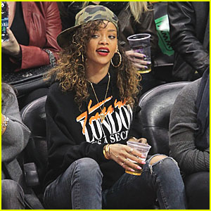 Rihanna Cheers On The Clippers