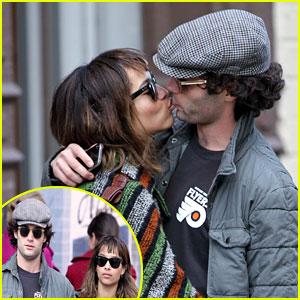 Zoe Kravitz & Penn Badgley: Kissing Couple!