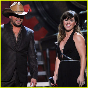 Kelly Clarkson's Grammys Performance with Jason Aldean - Watch Now!