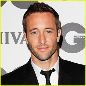 Alex O'Loughlin in Treatment for Prescription Drugs