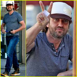 Gerard Butler Gives His Fans Some Love!
