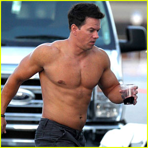 Mark Wahlberg: Shirtless Break Between Scenes!
