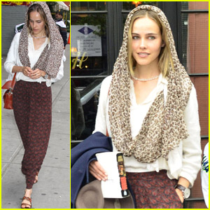 Isabel Lucas: 'Aurian' Book Reader!