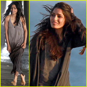 Freida Pinto: 'Knight' at Santa Monica Beach!