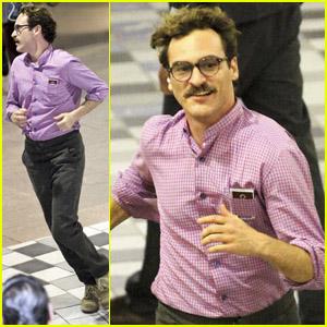 Joaquin Phoenix: Mustache Man in Metro!