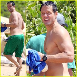Josh Hopkins: Shirtless in Maui!