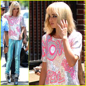 Miranda Kerr: Blonde Wig & Sequined Pants!