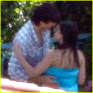Ashton Kutcher & Mila Kunis Kiss on the Fourth of July!