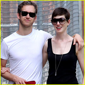 Anne Hathaway & Adam Shulman: Strolling Brooklyn Sweeties!